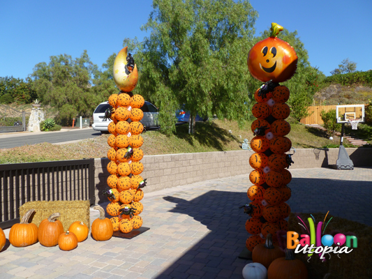 Halloween balloon columns with spiders crawling all over it